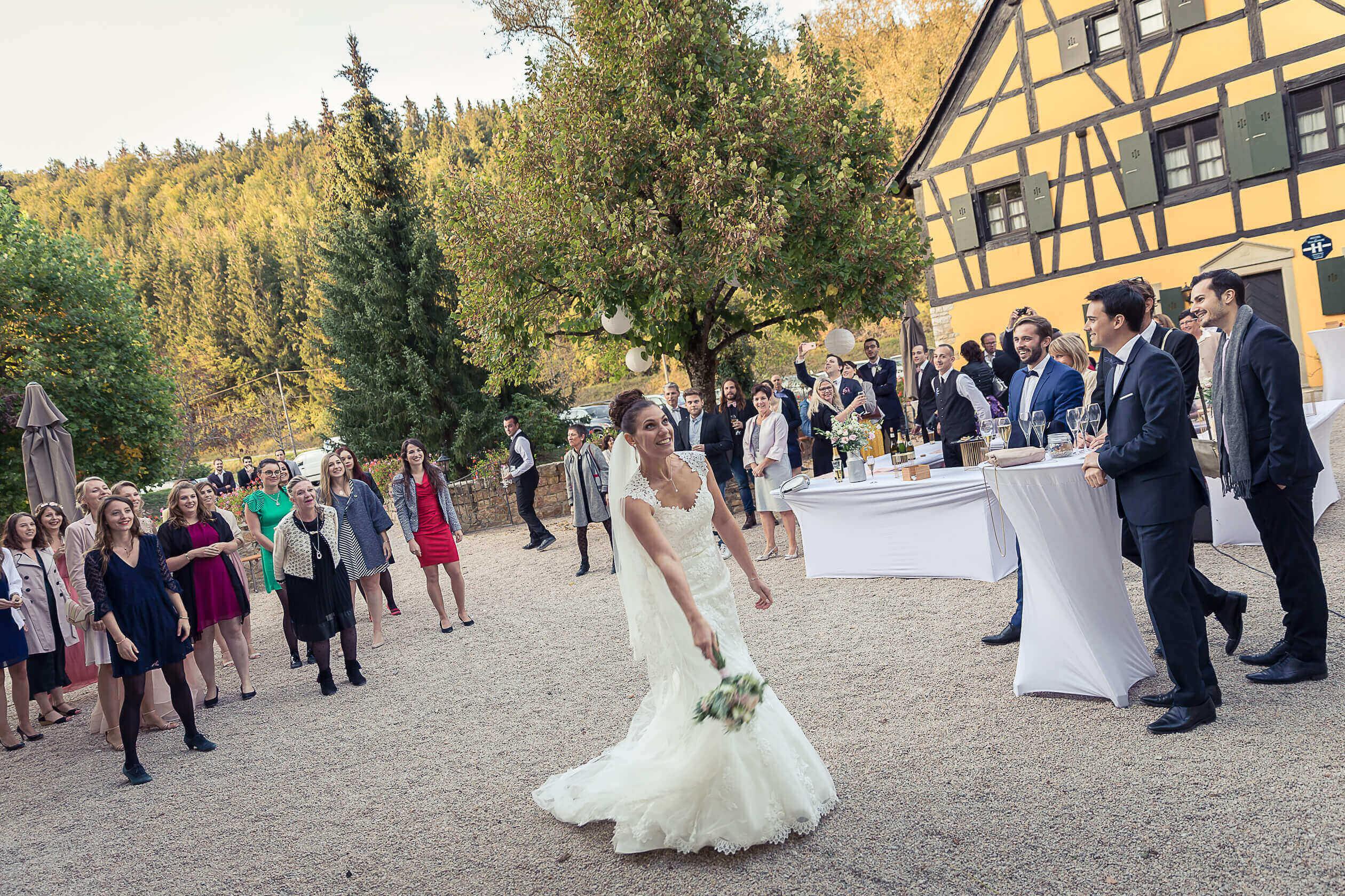 lancé de bouquet pour la mariée au domaine du moulin dans le sundgau, mariage en été