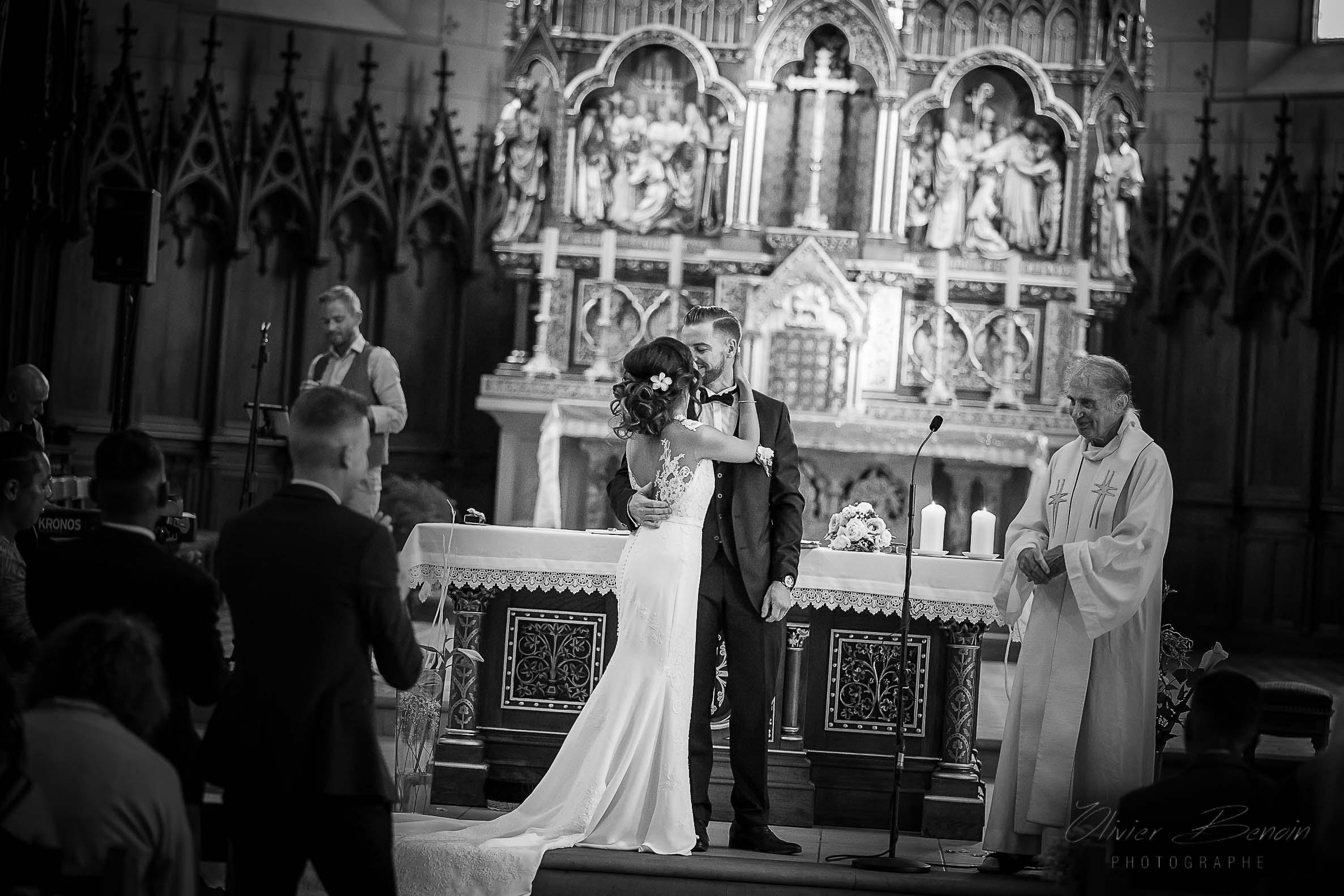 Bisous volé pour la mariée dan sl'église de Pfaffenheim dans le Haut-Rhin