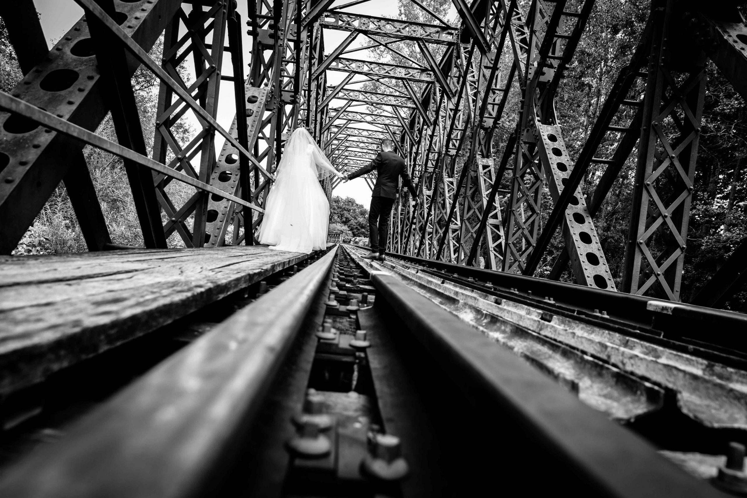 train et mariage séance photo dans une vieille gare