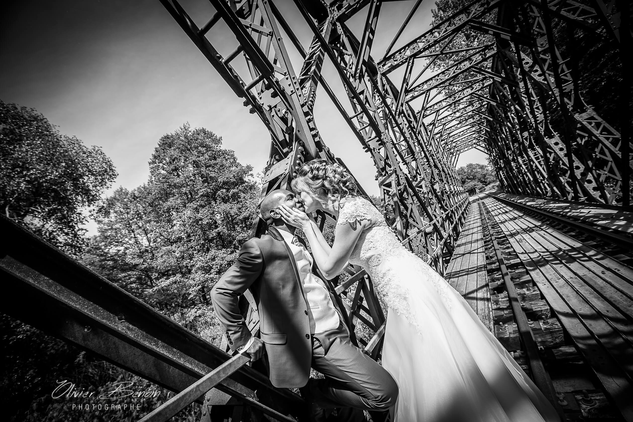 Séance photo de mariage sur un pont métalique