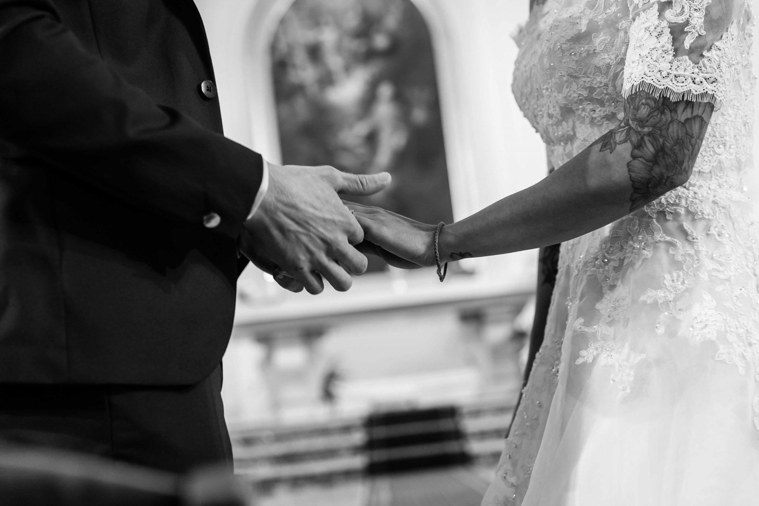 se tenir la main pendant le mariage