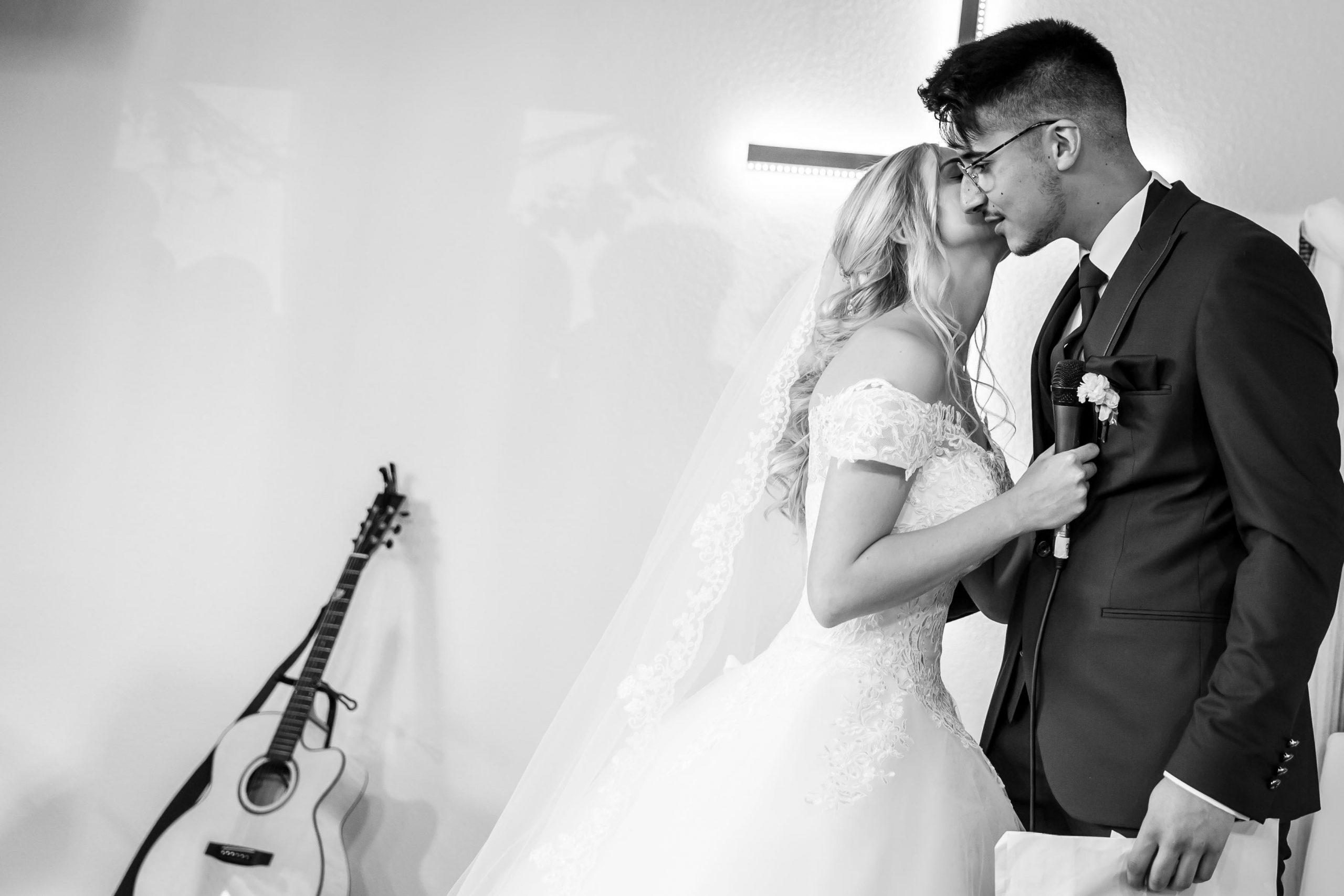 cérémonie religieuse et complicité du couple