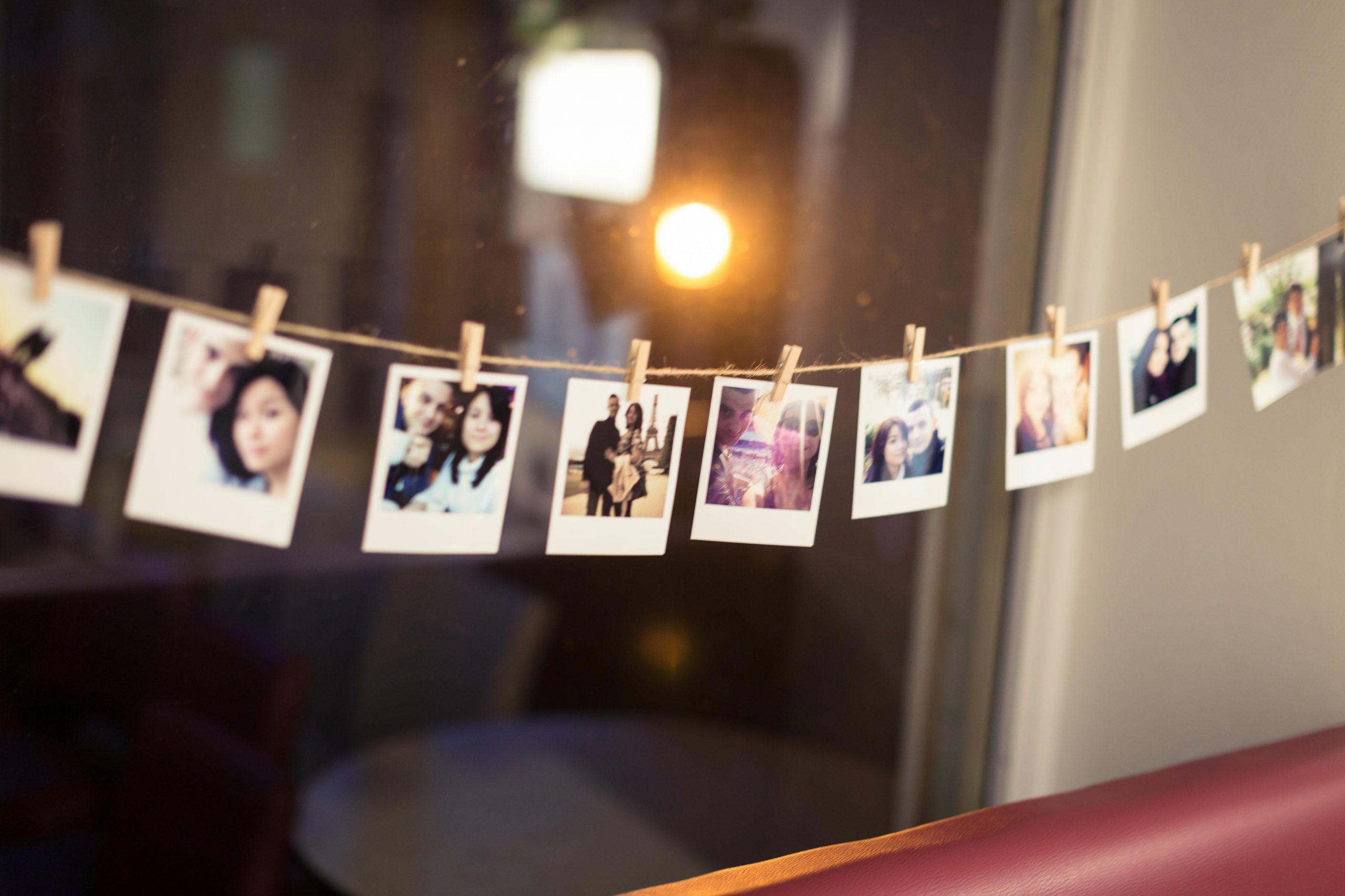 quelques photos du couple dan sla salle du mariage en guise de décoration
