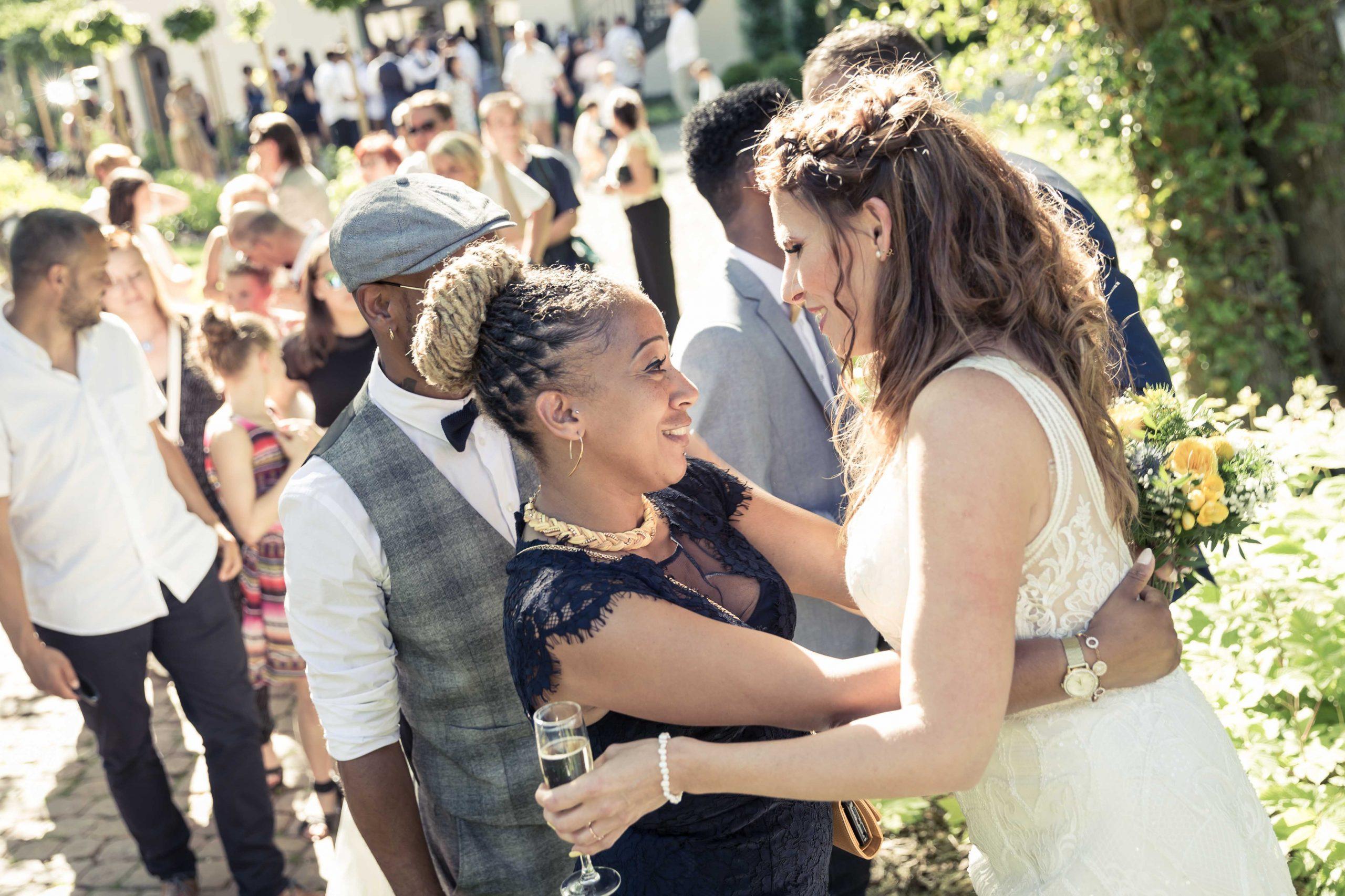 les félicications des mariés après une cérémonie laique en pein air