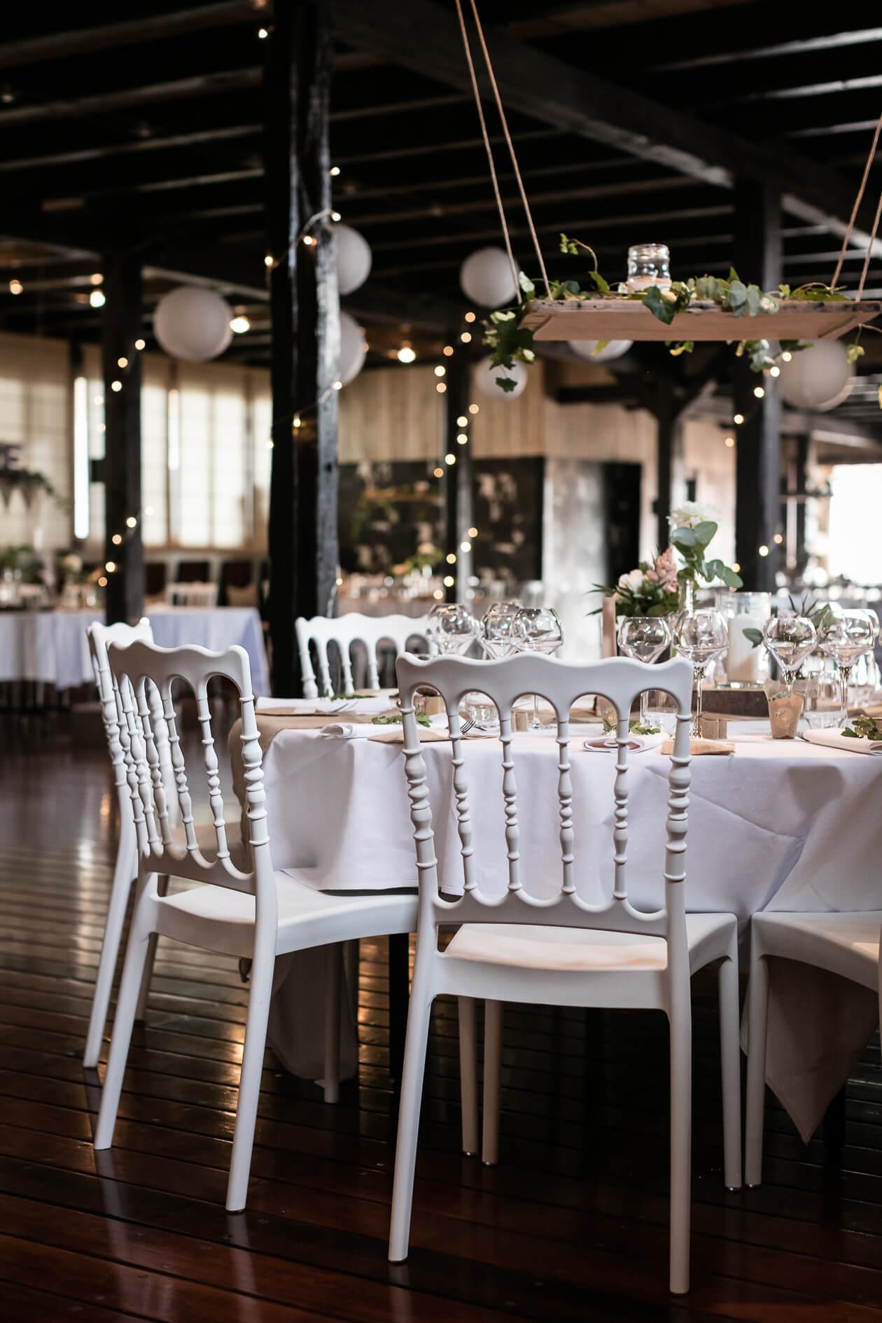 la décoration des tables et des chaises est très importantes dans le mariage cela donne de très belles photos