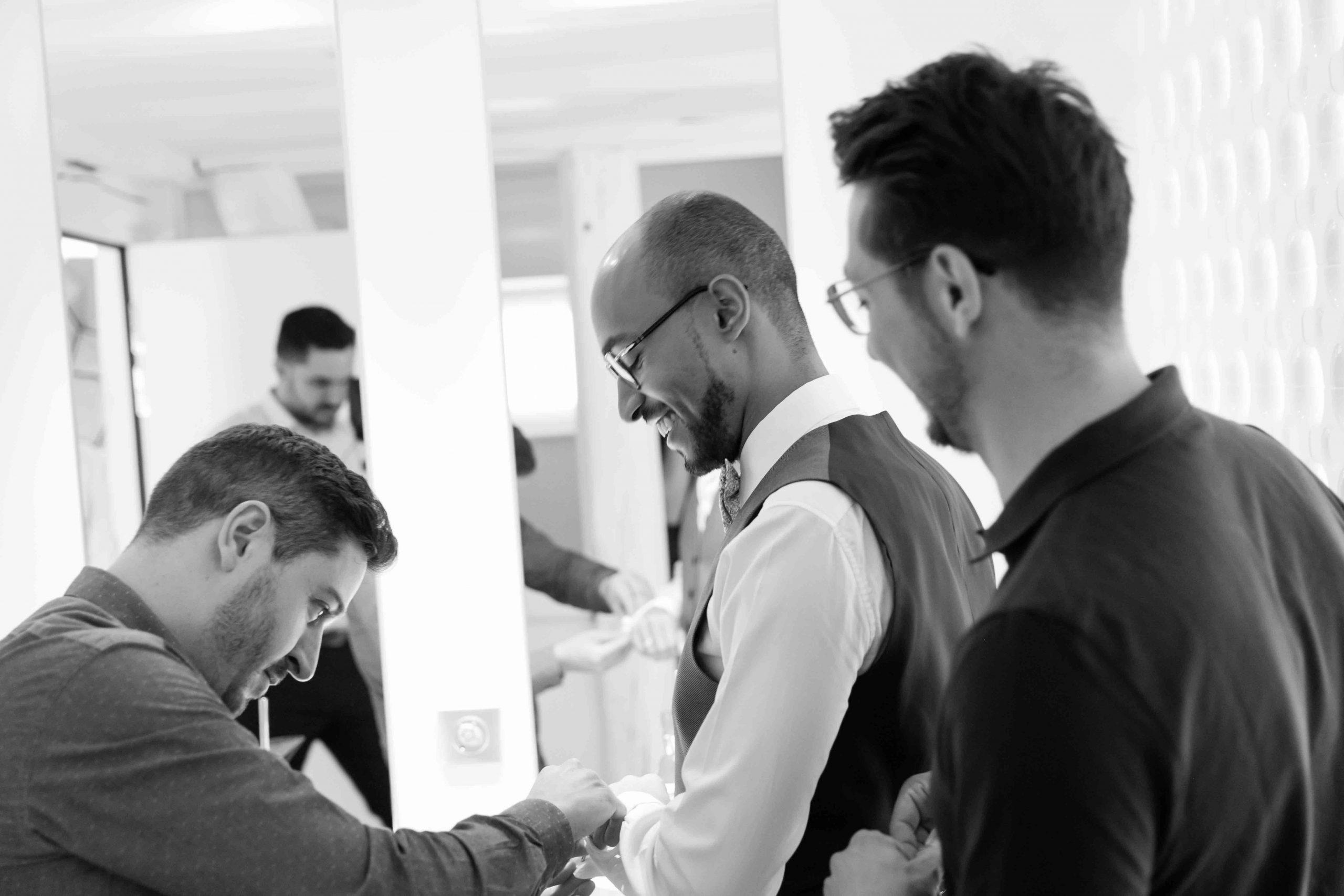séance d'habillage chez les hommes pour le mariage au domaine du Kaegy à Steinbrunn-le-haut en Alsace