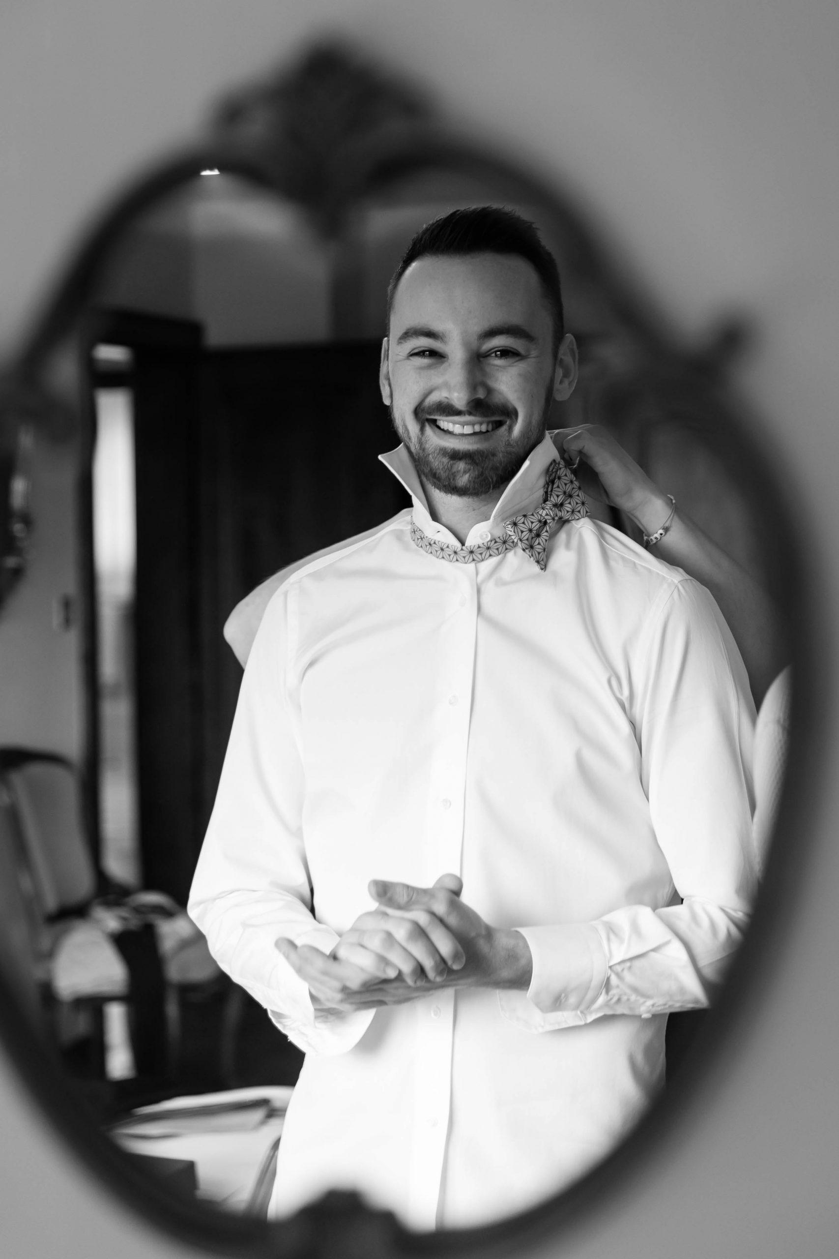 l'habillage du marié, photo de mariage en noir et blanc