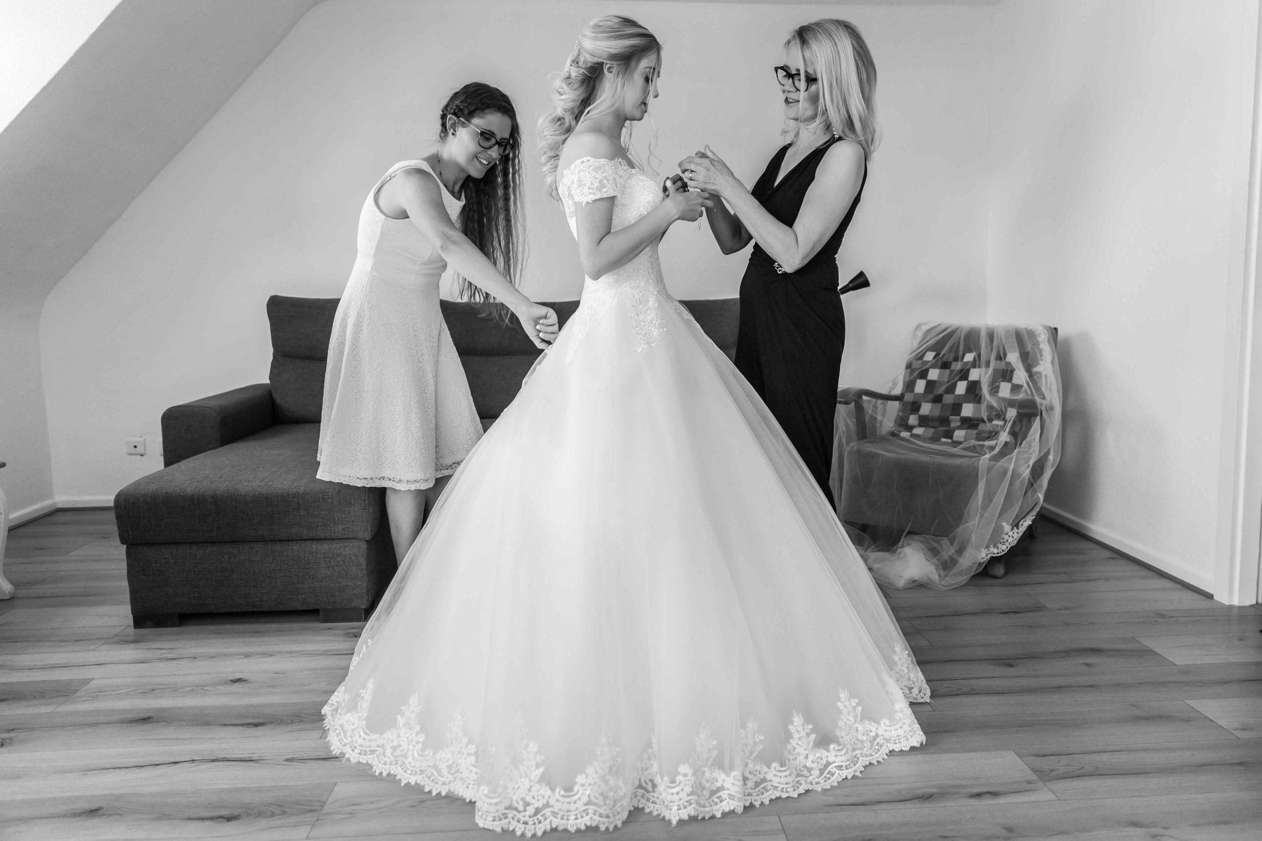 l'habillage de la robe, préparatifs du mariage