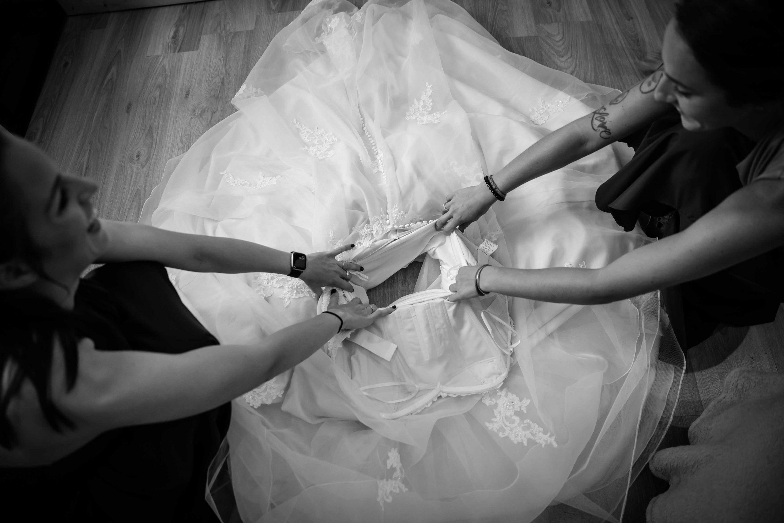 l'essayage de la robe de mariée