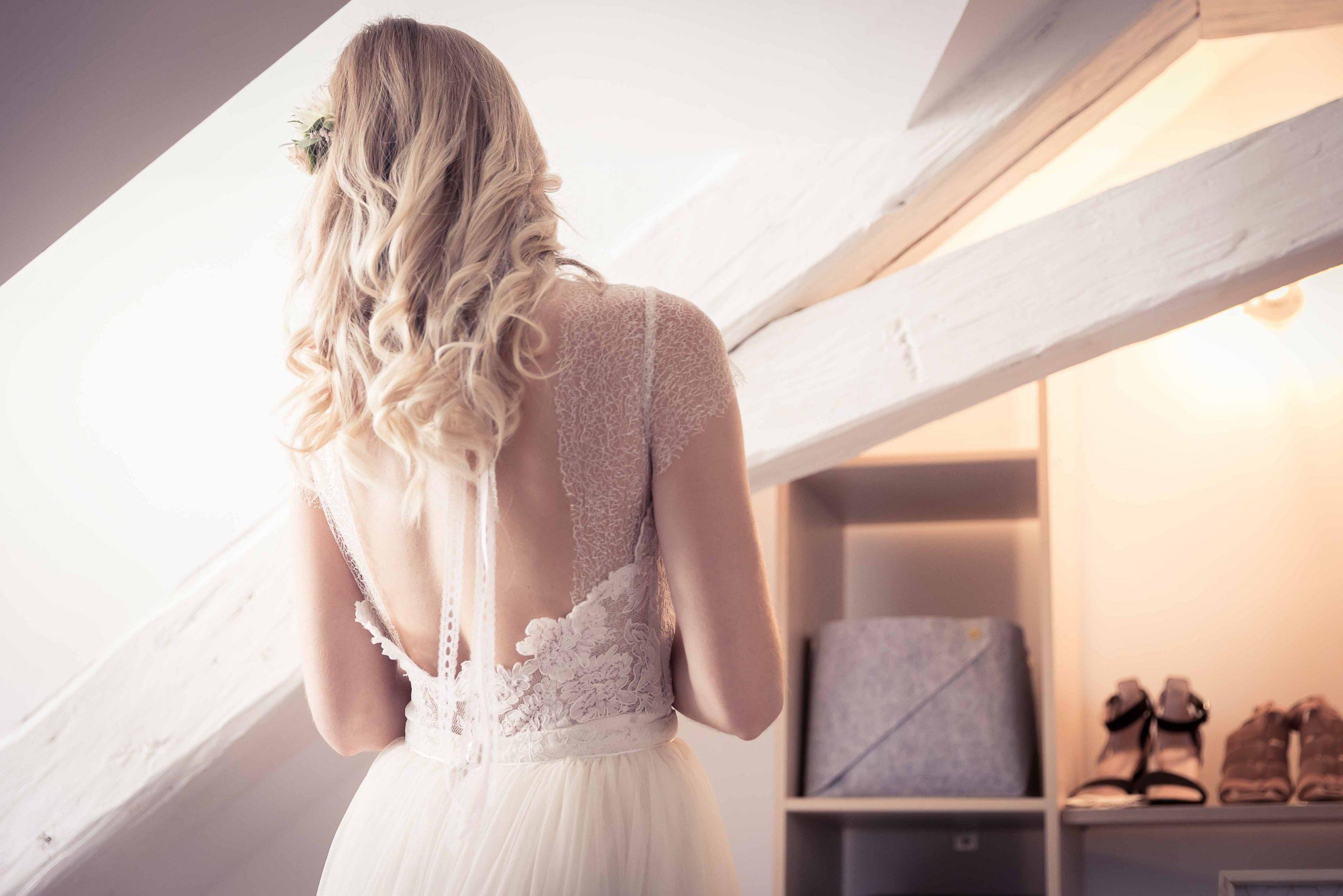 Séance d'habillade de la mariée à Colmar