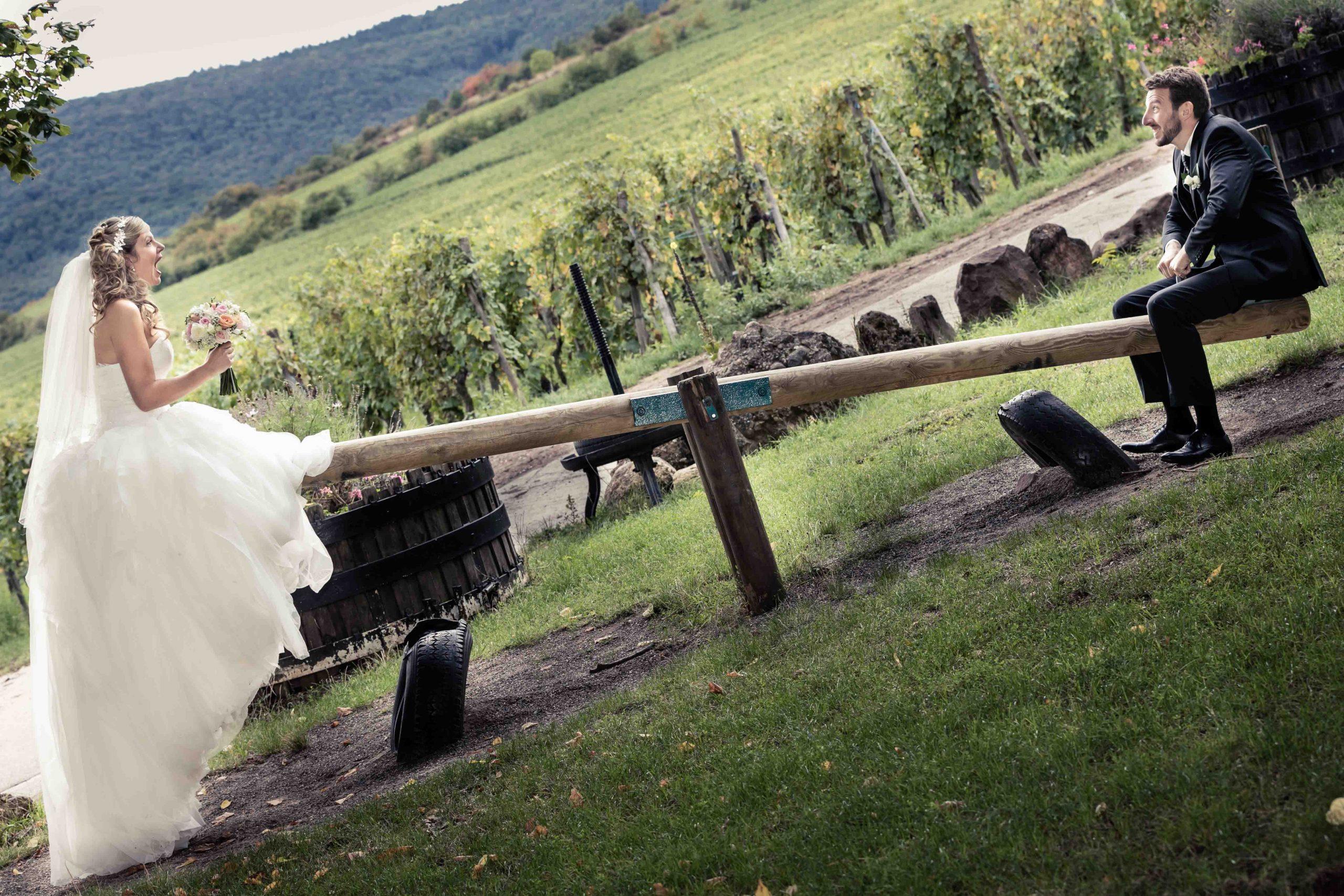 photos drôles dans un parc à jeux d'enfants pendant la séance photo des mariés