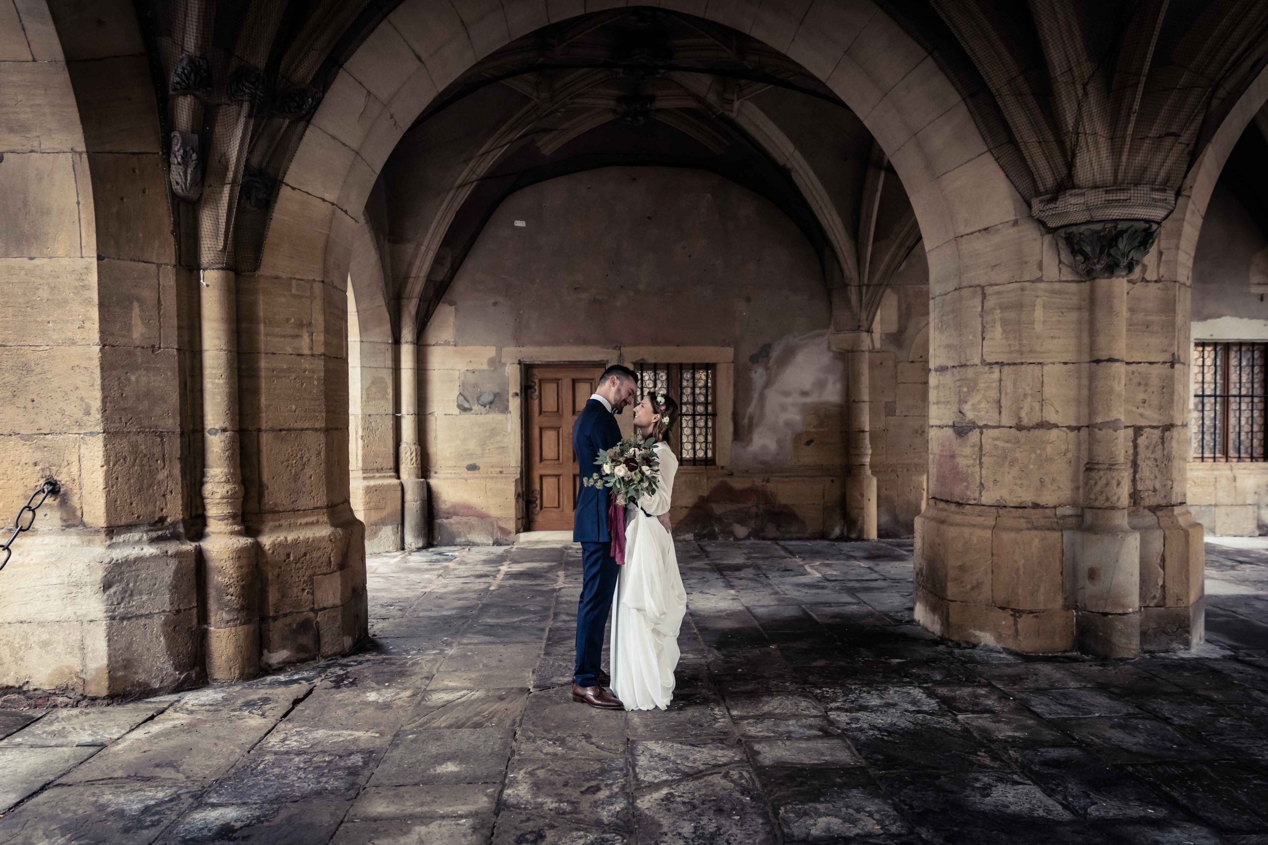 séance photo de mariage à la mairie d'Ensisheim en Alsace