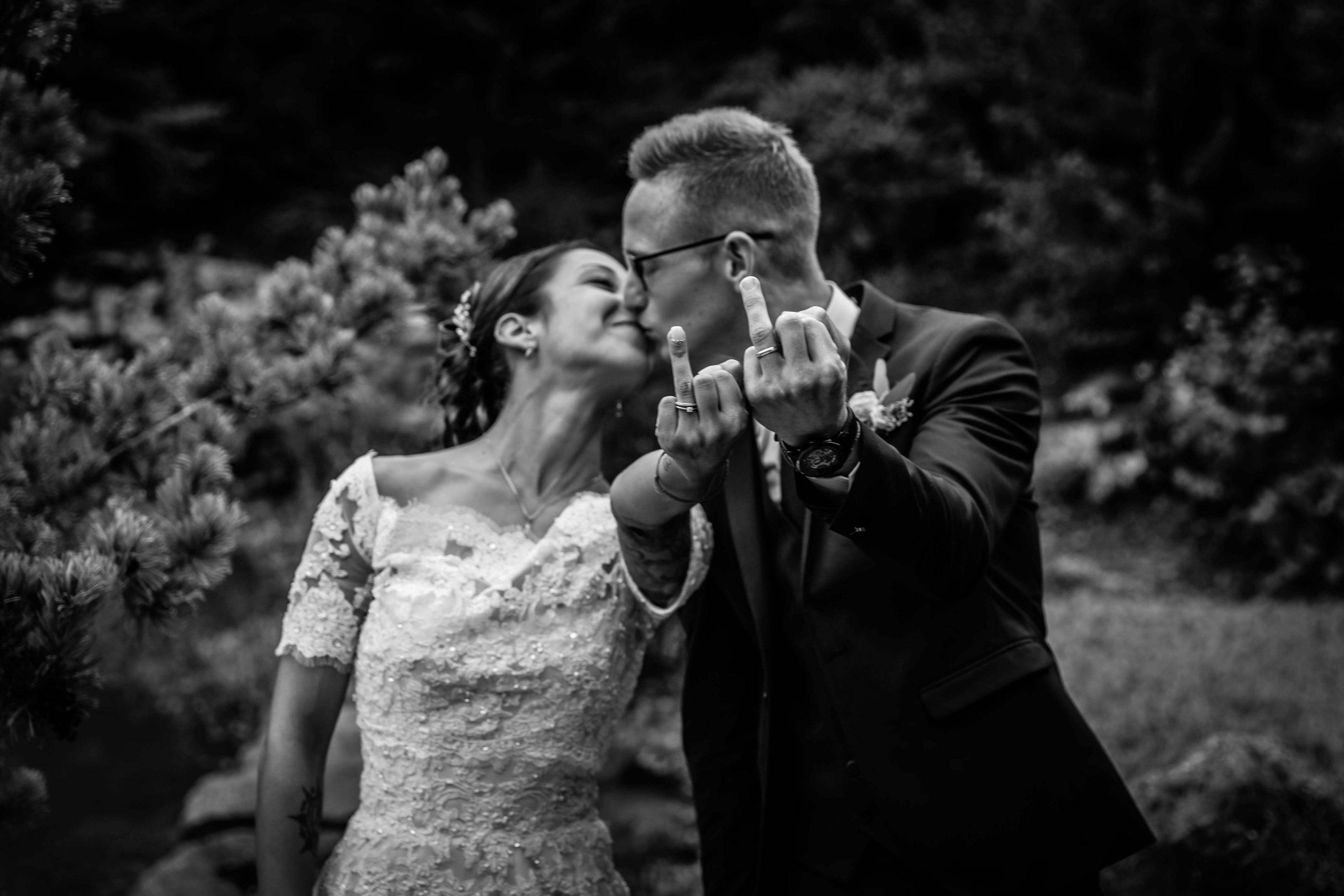 les mariés montrent leurs alliances de façon décallée et drôle