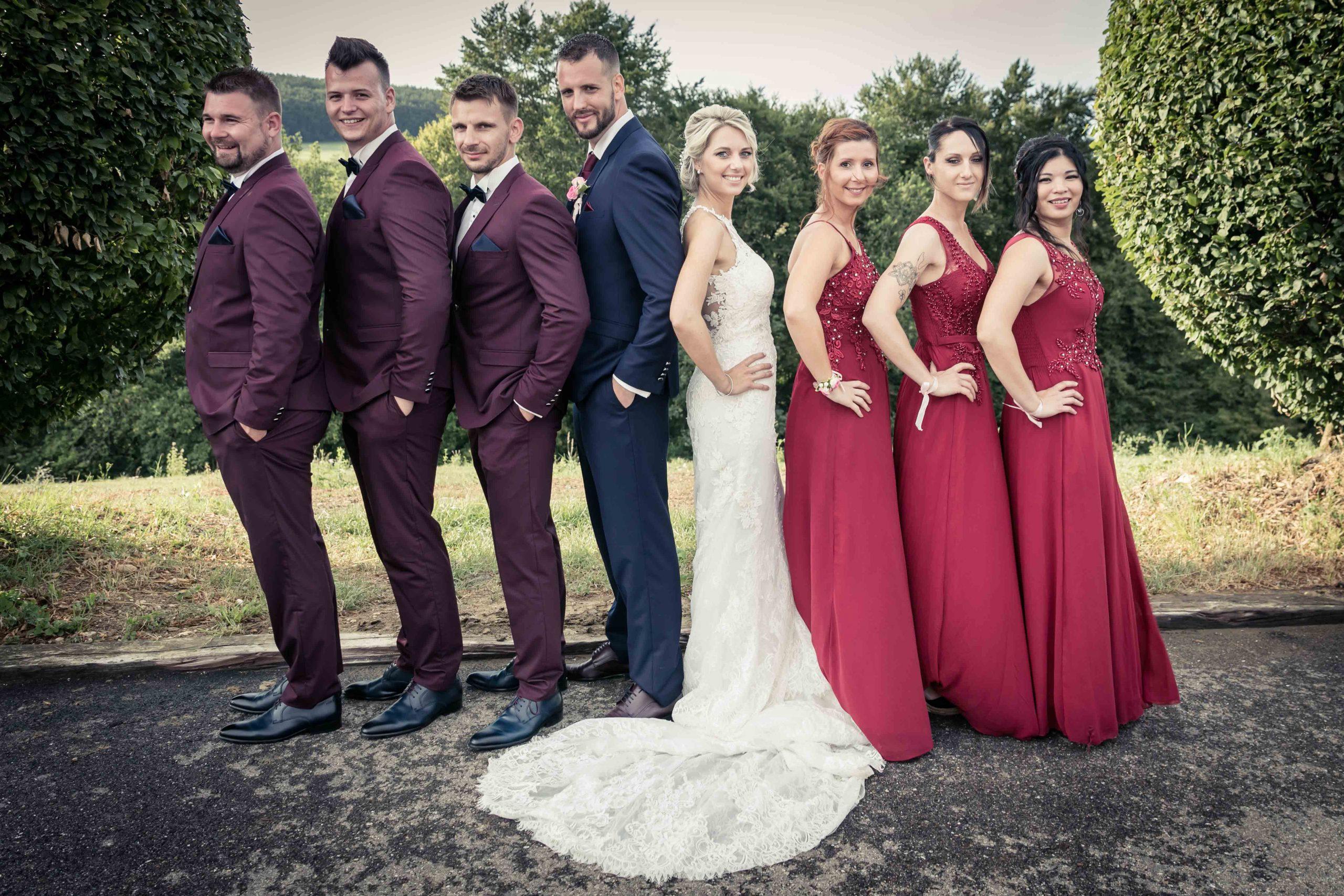 photo décallée du couple de marié et de leurs témoins pendant le vin d'honneur dans le Jura Alsacien