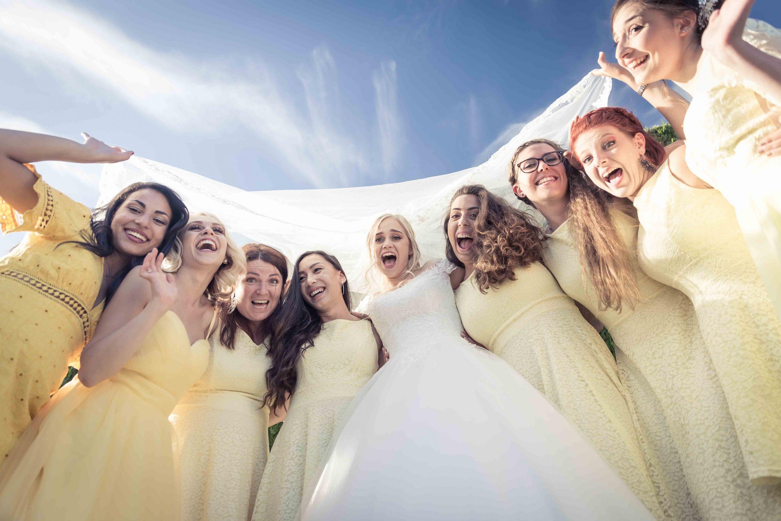 photo de groupe pour les demoiselles d'honneur de ce mariage en été en Alsace