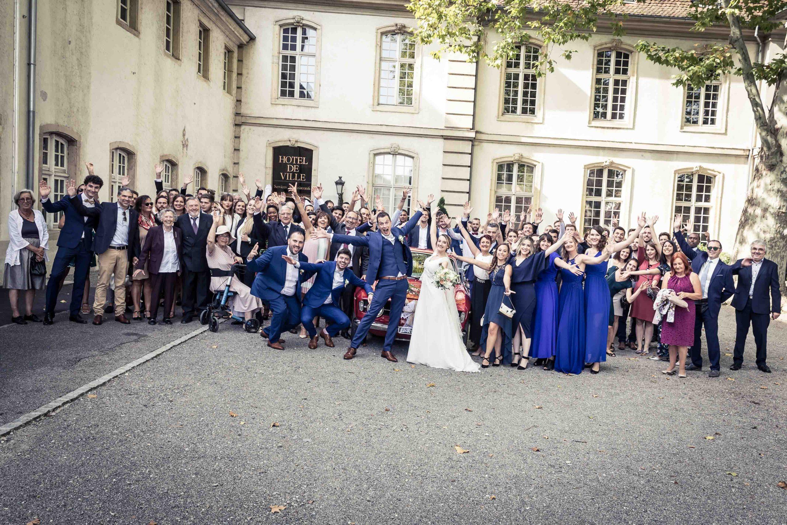 photo de groupe sdrôle pendant le mariage de ce couple à la mairie de Rixheim