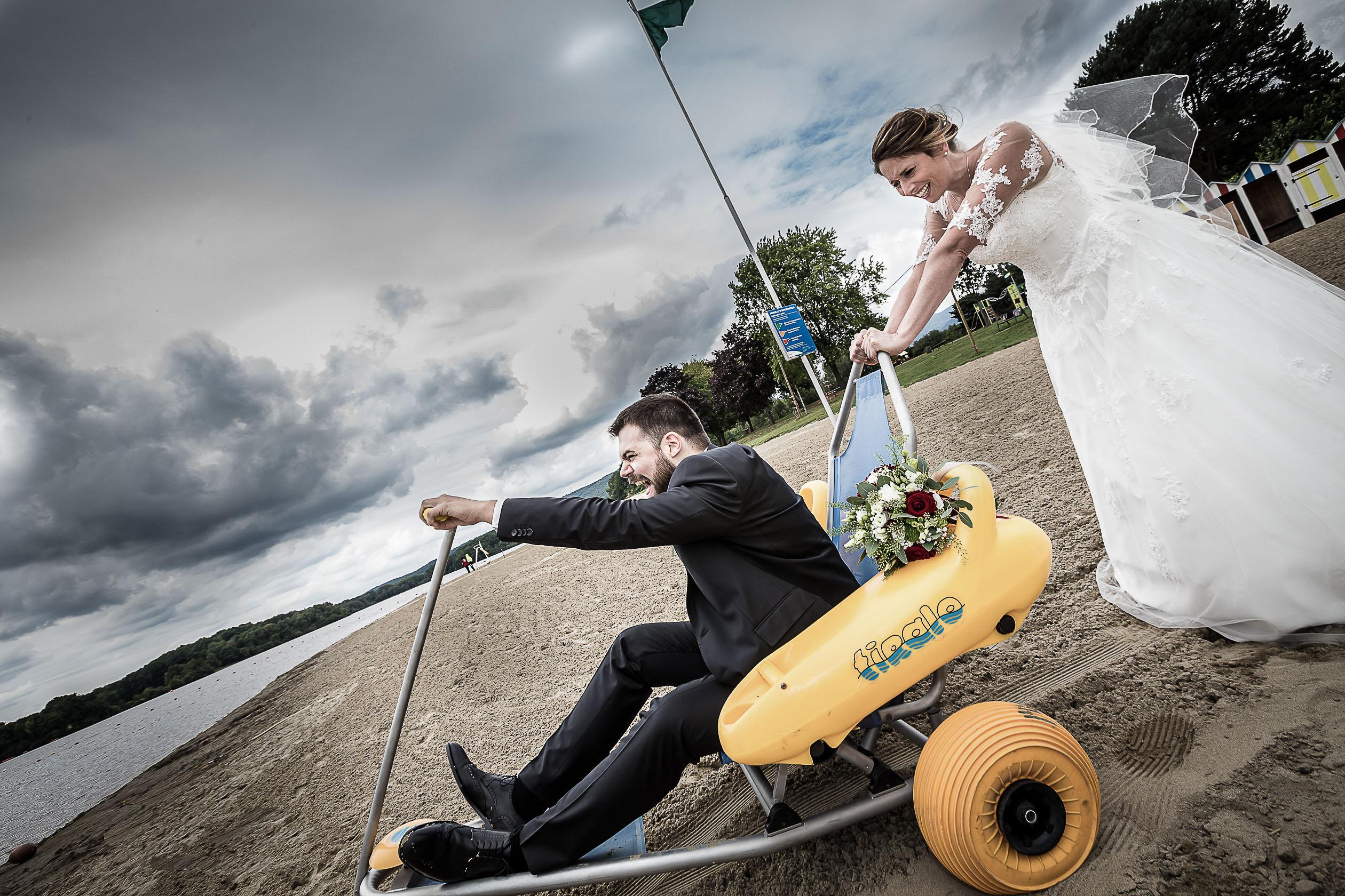 mise en scène drôle de bord de mer pour ces mariés de Belfort