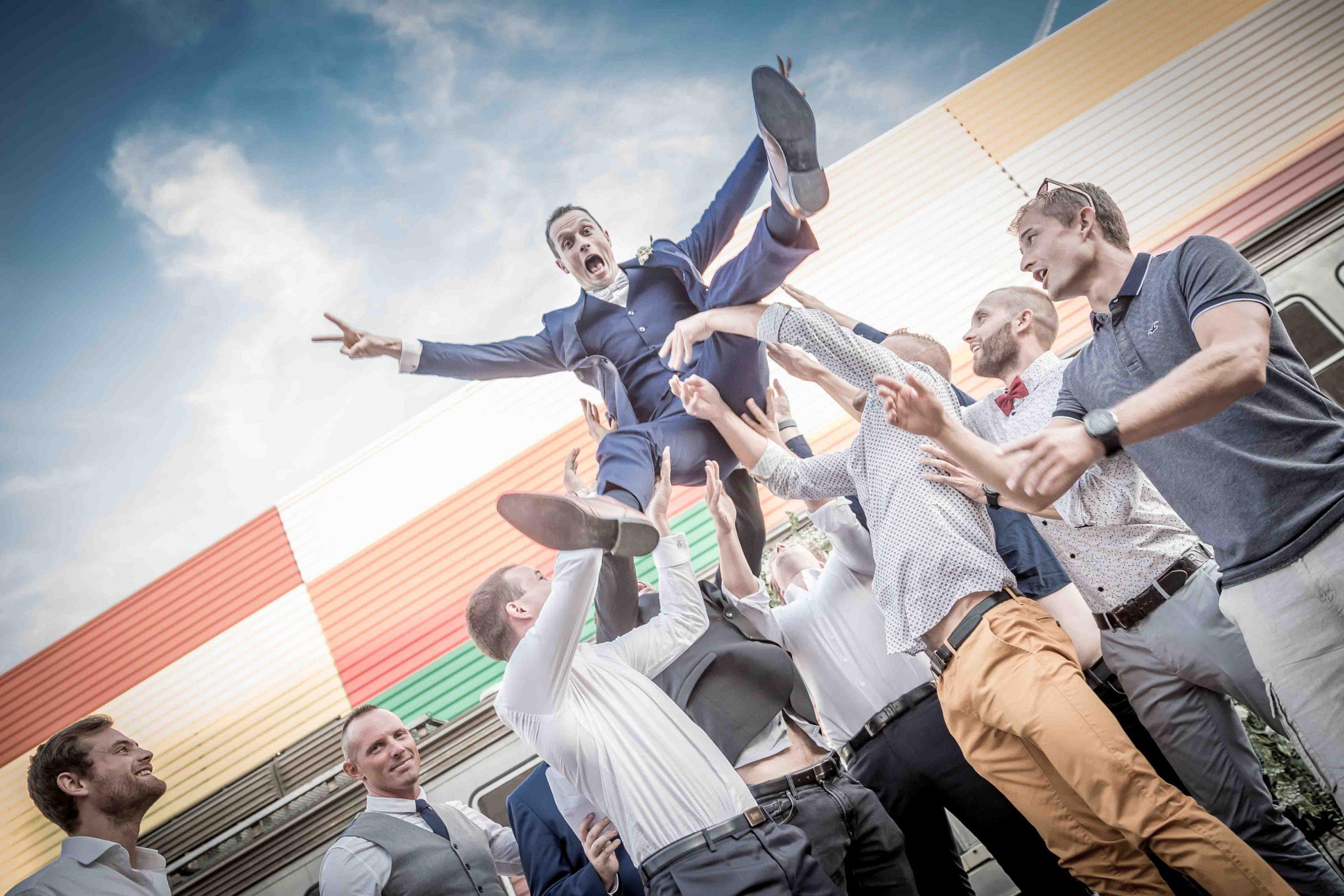 les invités jettent le marié en l'air à la Cité du Train de Mulhouse pednant l'apéro