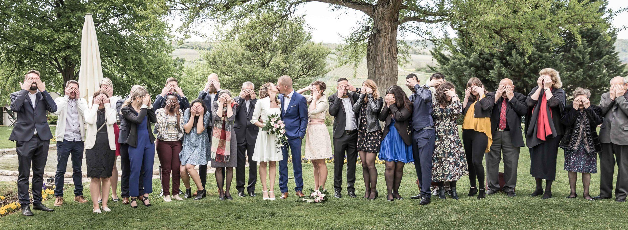 photo drôle et décallée de groupe dans ce mariage à Rouffach près de Mulhouse