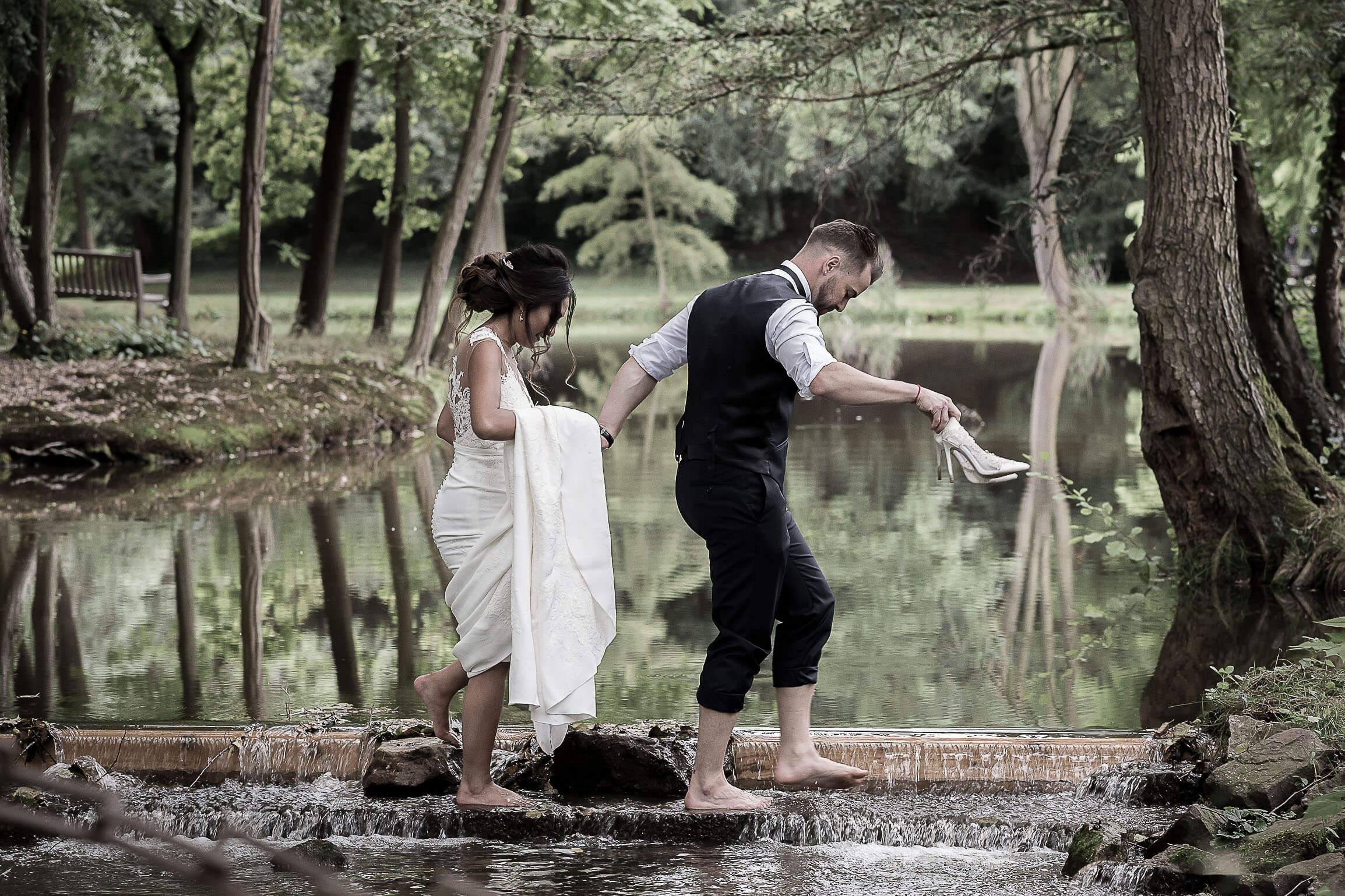 photo drôle de ce couple pendant leur séance photo de mariage près de Colmar dans un parc