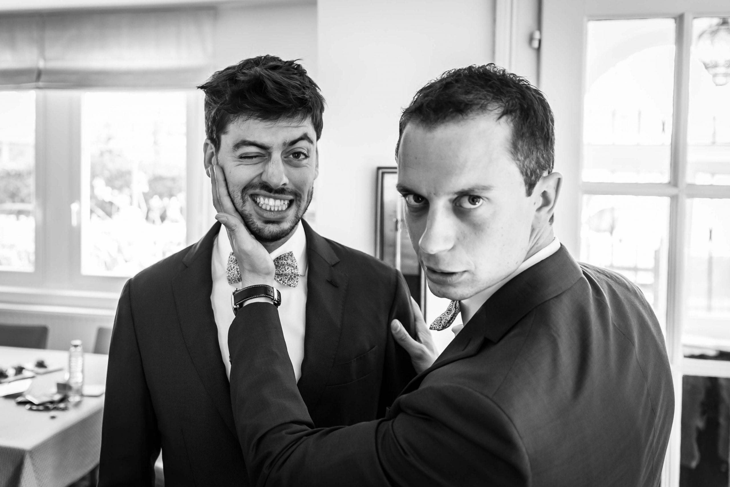 grimaces et drôle de têtes pendant la séance de préparatifs des garçons lors de la séance photo de ce mariage à Lutterbach