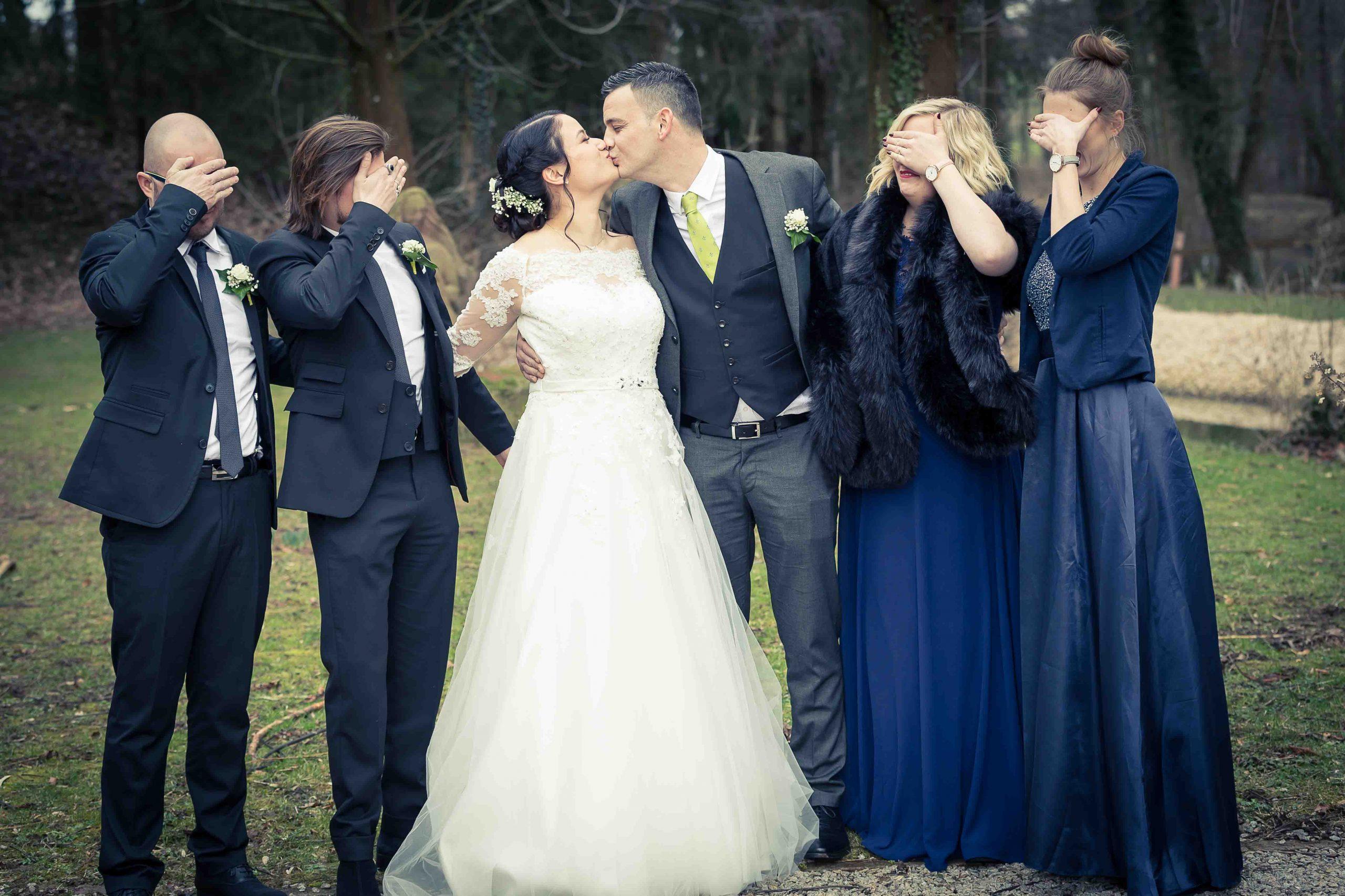 photo décallée pour ce couple pendant leur mariage dans le Sundgau près de la frontière suisse