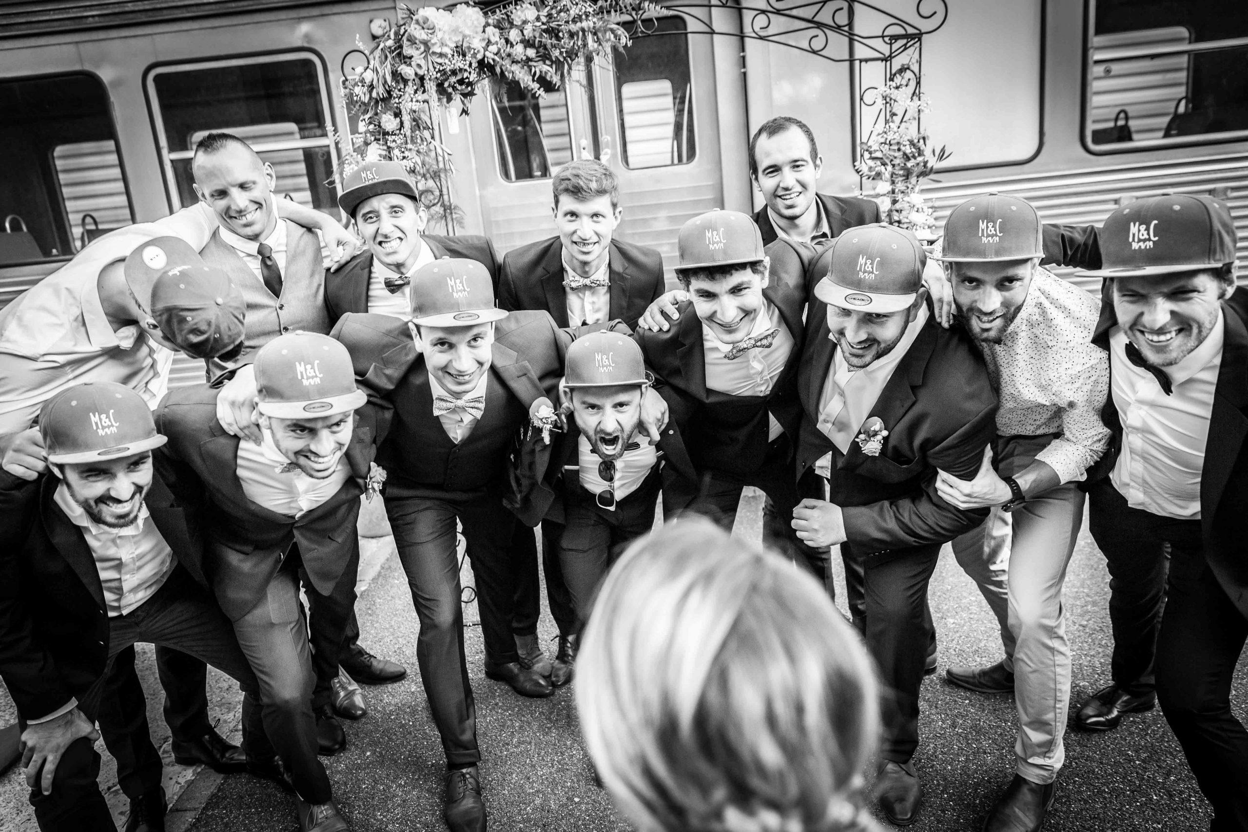 photo drôle de groupe lors de ce mariage à la Cité du Train de Mulhouse