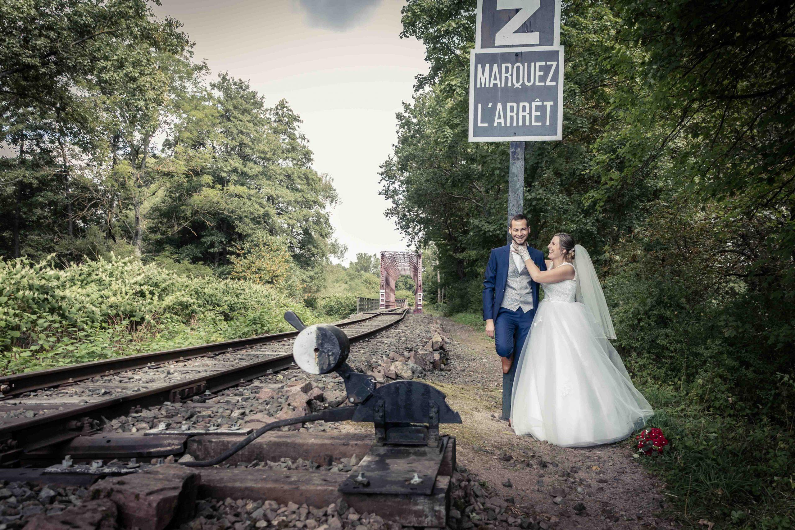 photo drôle des mariés sur des rails dans une gare du train Thur-Doller à Burnhaupt-le Haut en Alsace