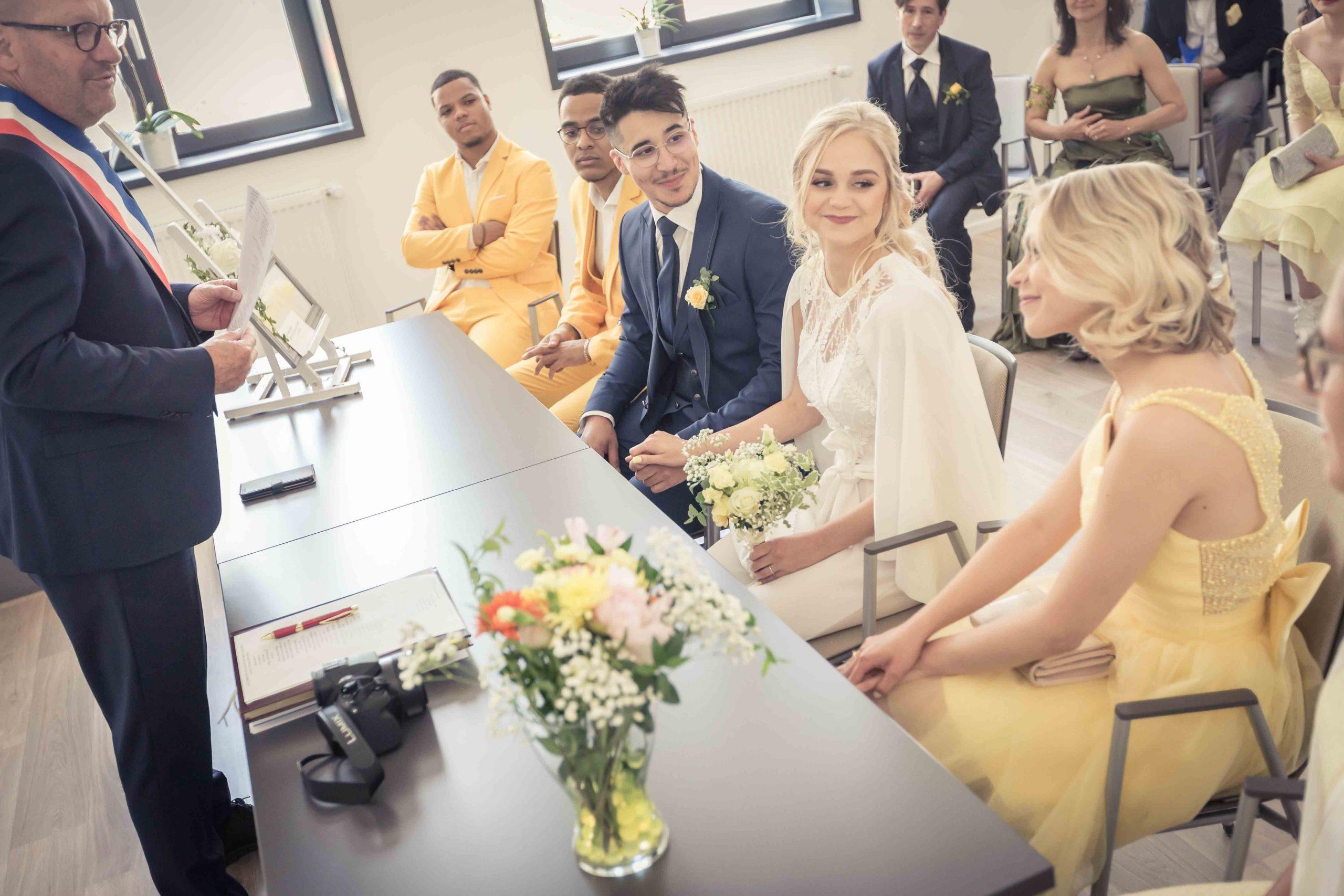 cérémonie de mariage à la mairie et regards plein d'émotion de la mariée