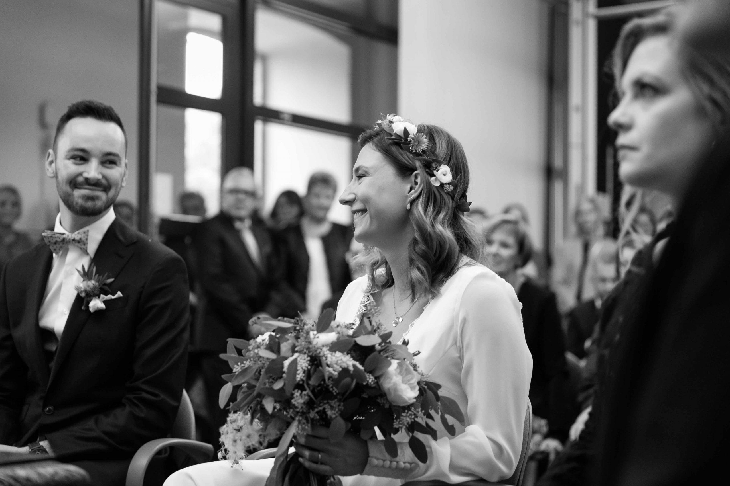 regards croisés lors de leur mariage à la Maire d'Ensisheim en Alsace
