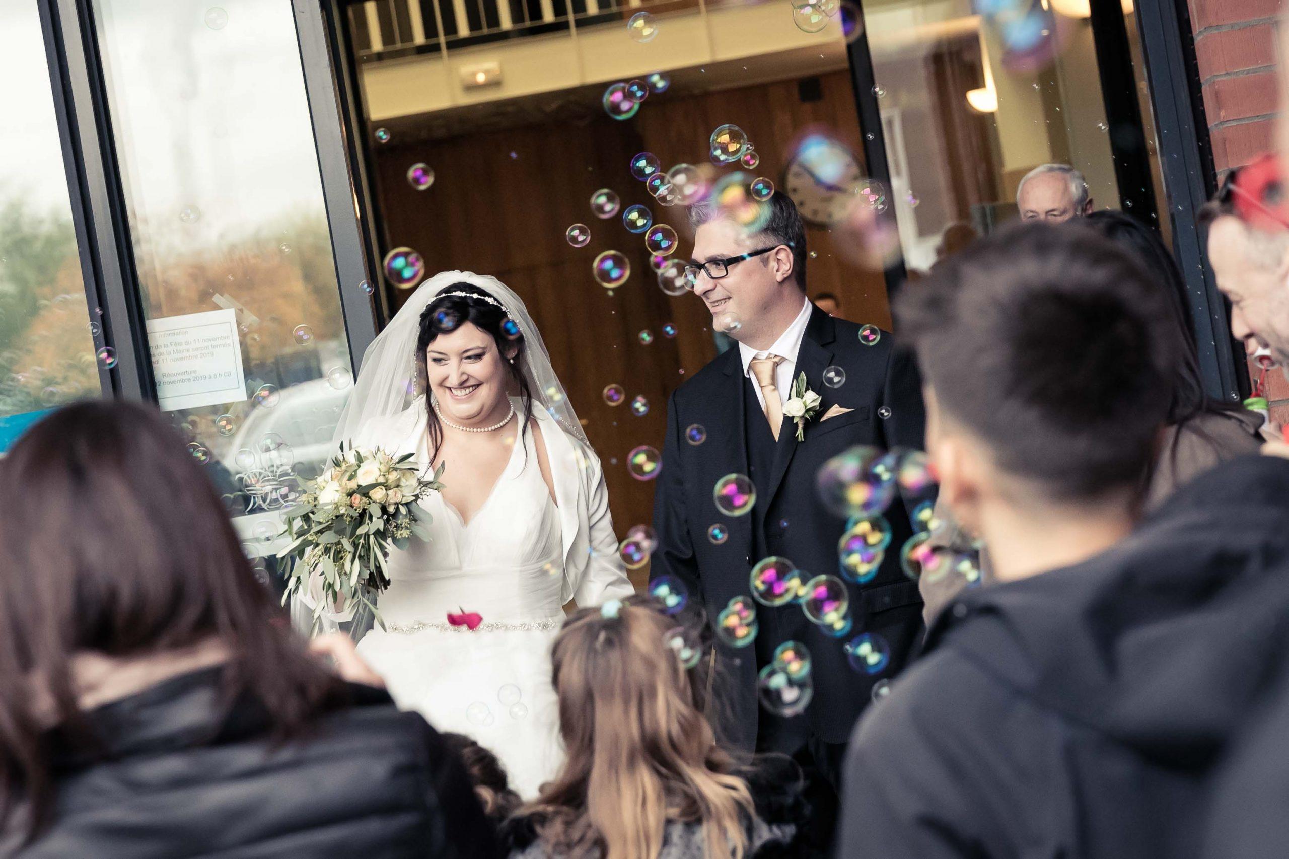 l'émotion du mariage à la sortie de la Mairie de Saint-Louis