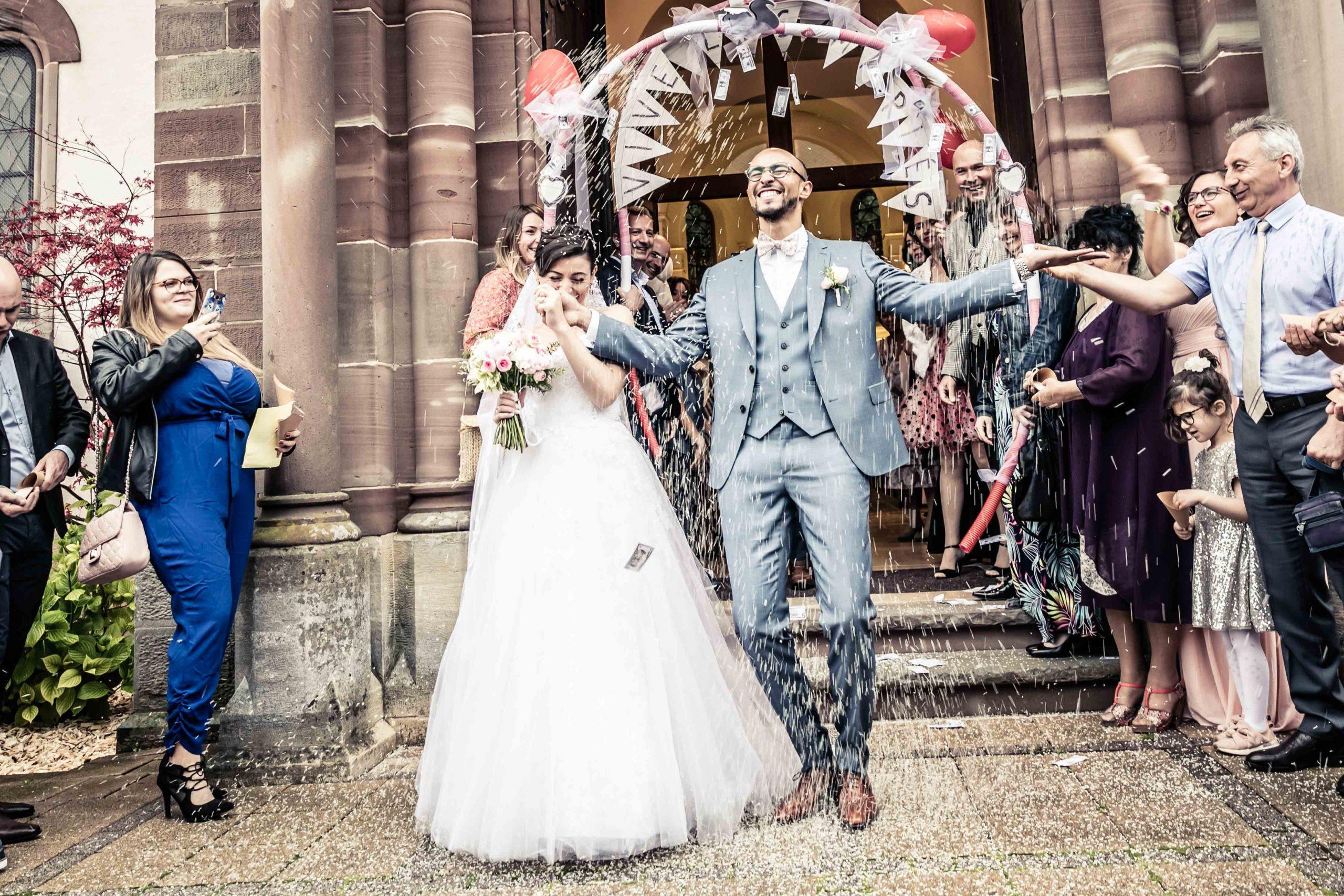 l'émotion à la sortie de l'église, mariage dans le sundgau