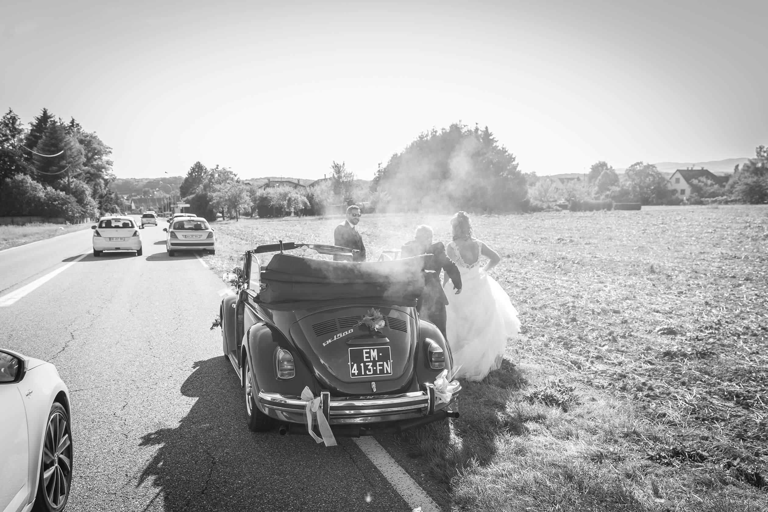 panne pour les mariés au bord de la route