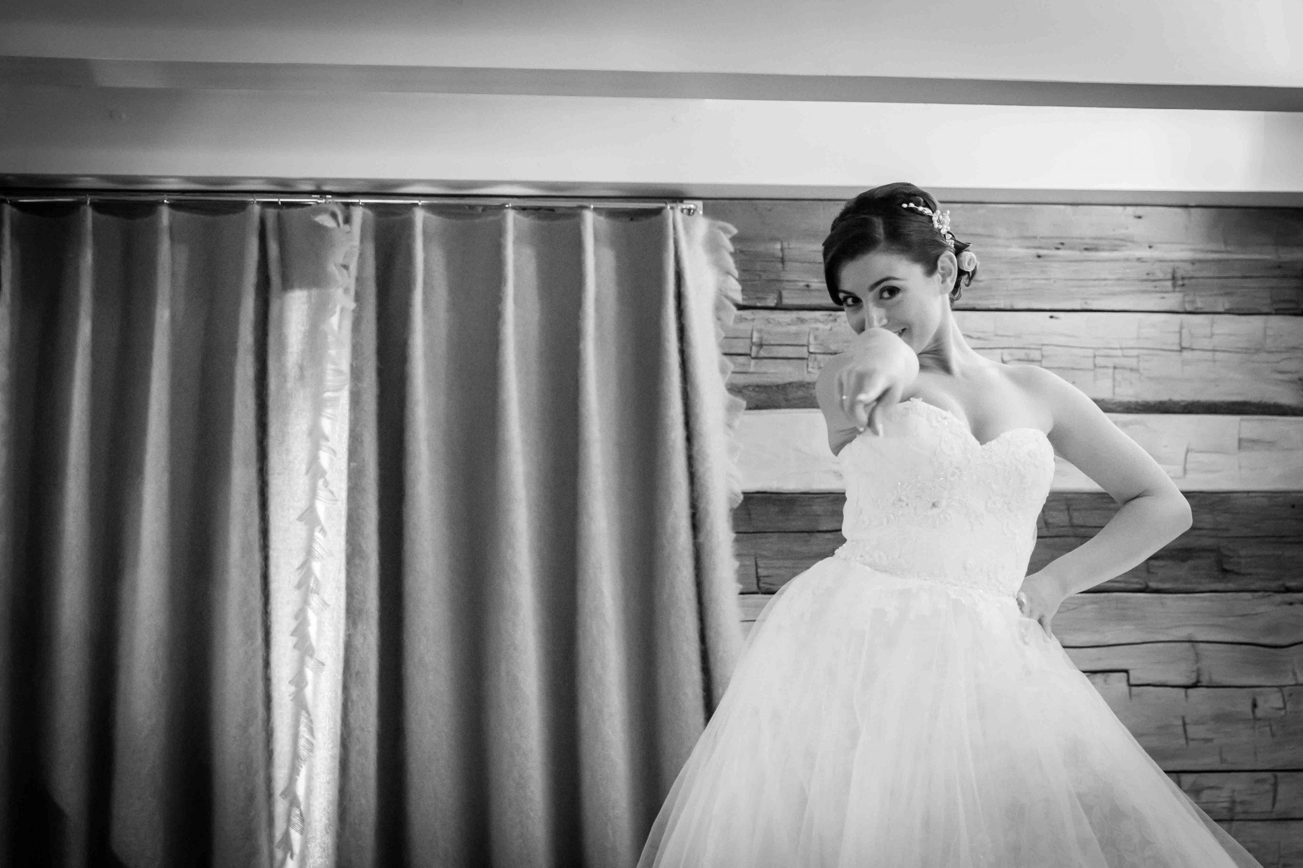 la mariée nous montre sa robe de manière fun et drôle