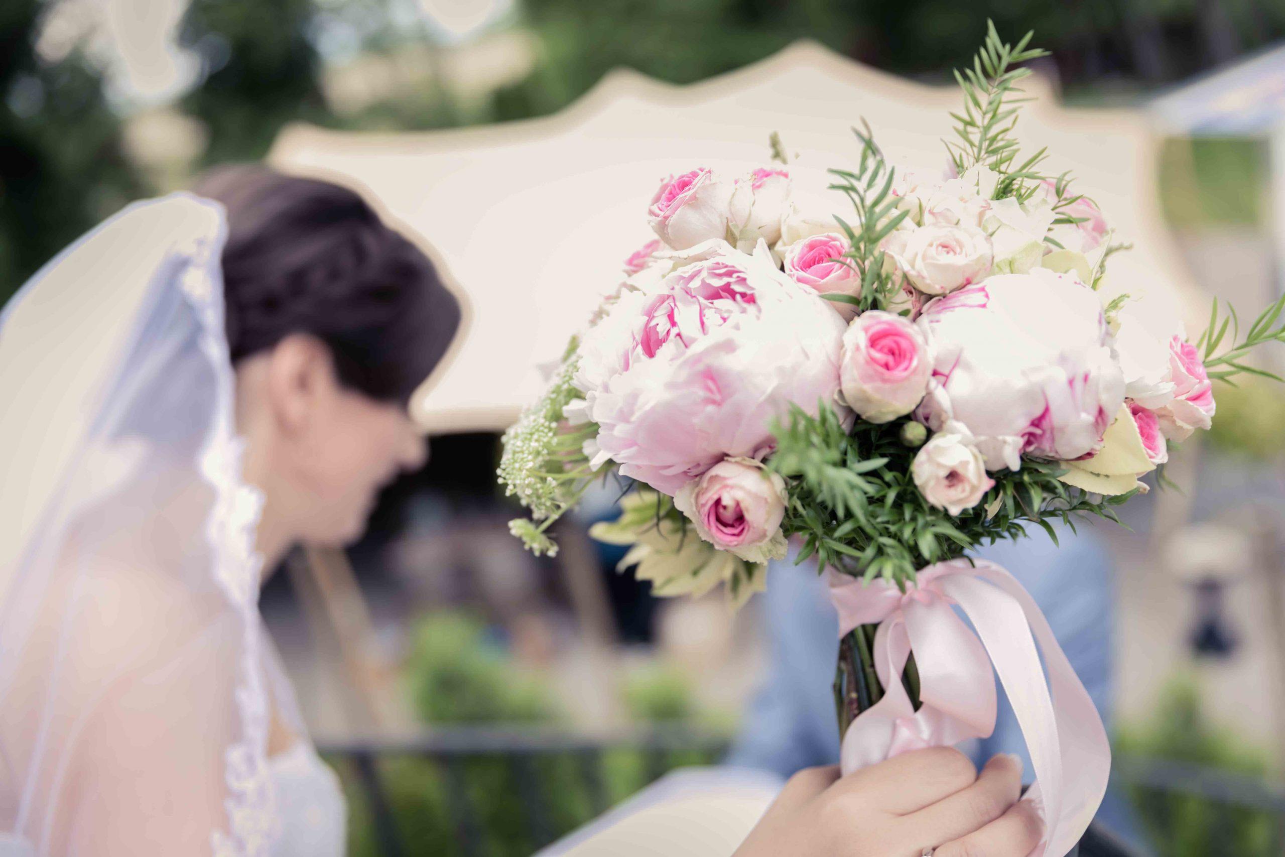 zoom sur le bouquet rose de la mariée, mariage bulgare au domaine du Kaegy en Alsace