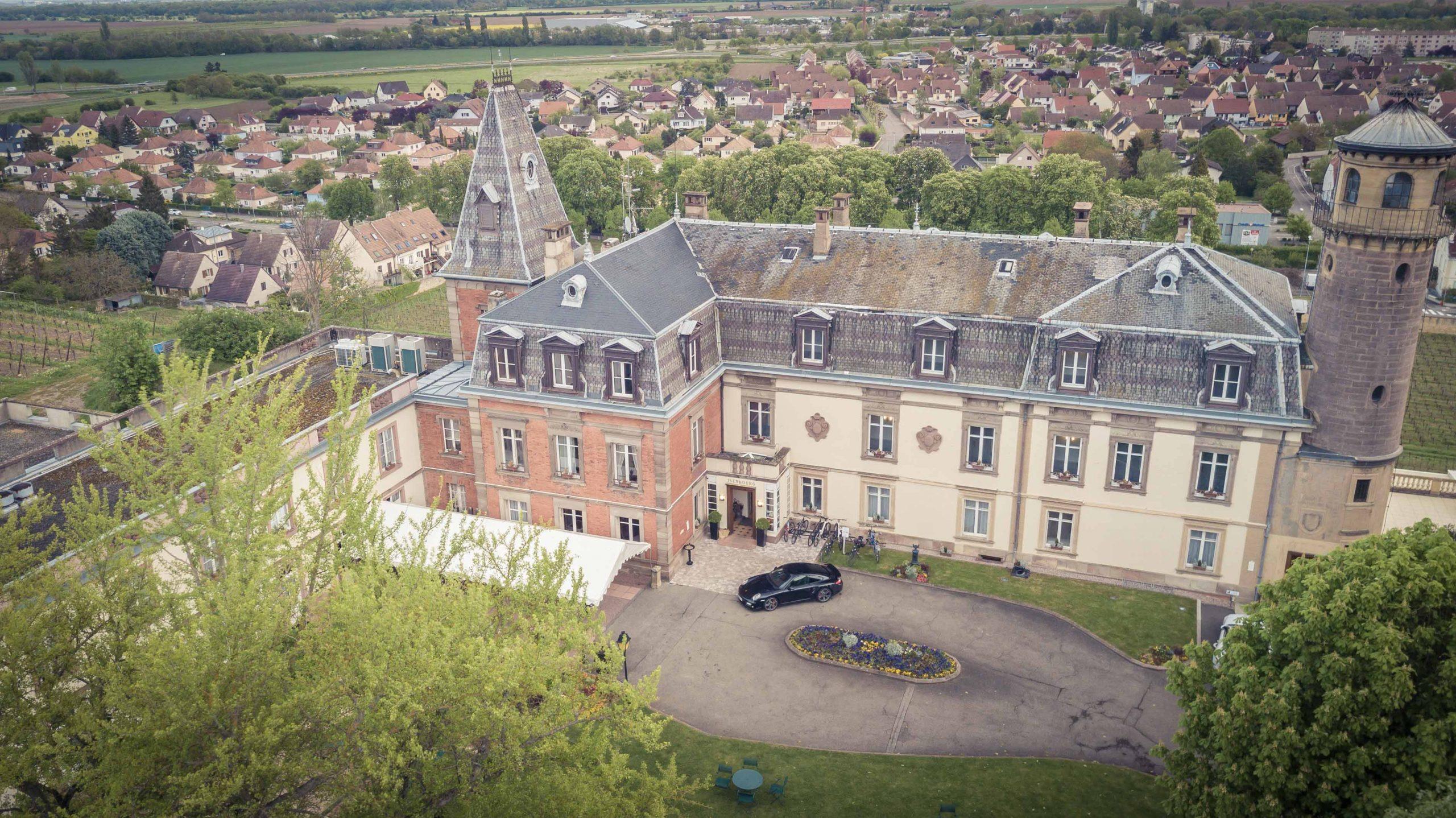 une vue drone d'un mariage au chateau d'issenbourg à Rouffach en Alsace