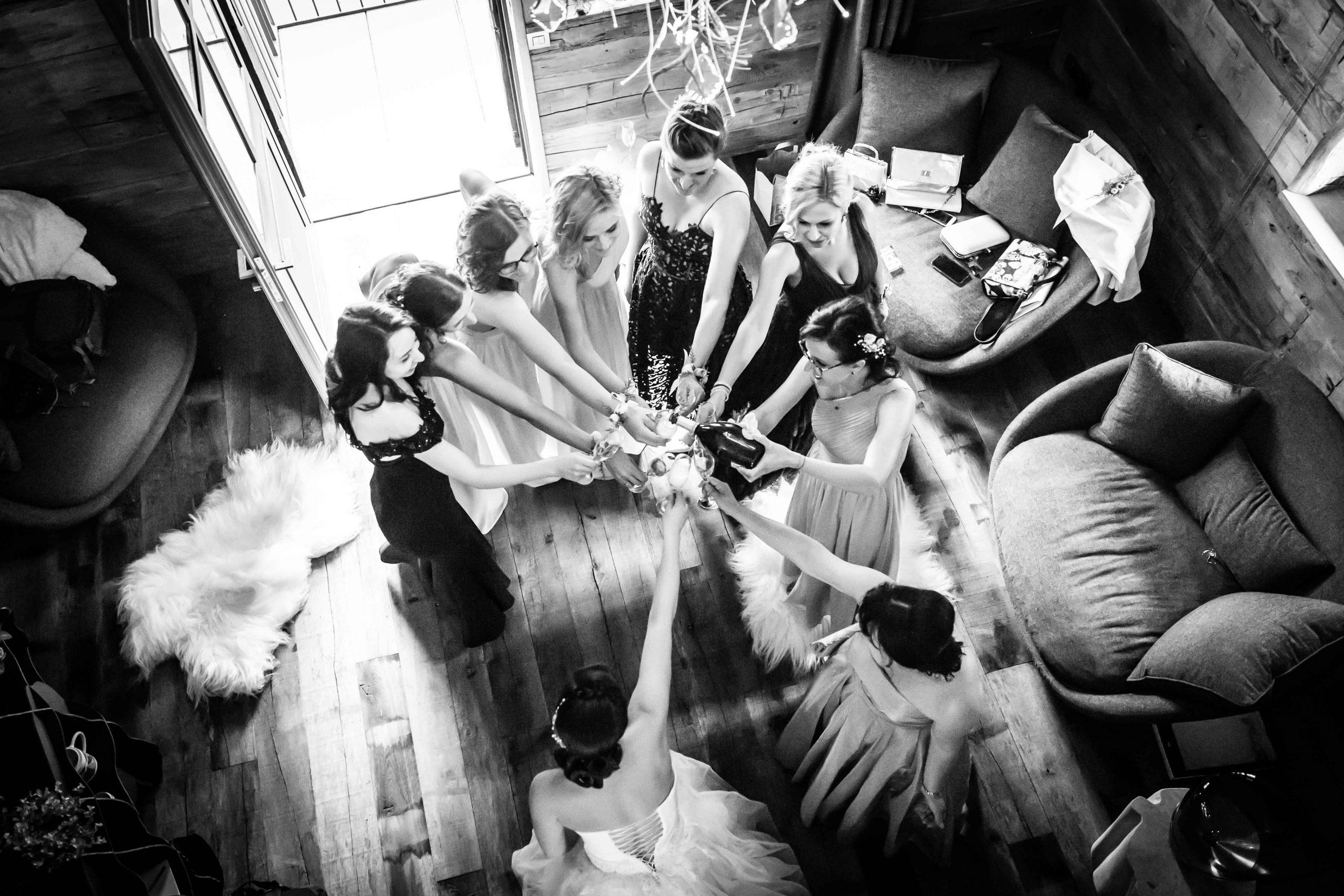 on trinque lors d'un mariage bulgare au domaine du Kaegy en Alsace